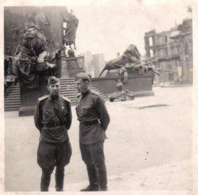Мыльников Л.А. - Германия-Берлин-У Рейхстага-1945(05) (справа)
