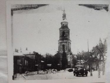 На этой колокольне - наблюдательный пункт Олега Журавлева, разведчика 4-ой батареи (при обороне г. Тулы, ноябрь 1941)