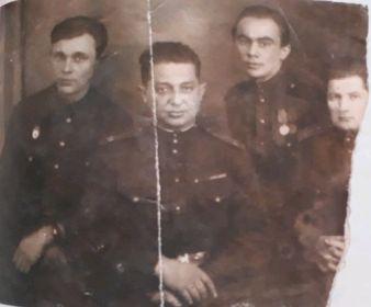 Однополчане: Ибрагимов Х.И. (второй справа), его брат Ибрагимов Зуфяр (первый слева)