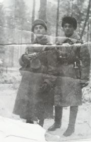Ефрейтор Ибрагимов Х.И.(слева)