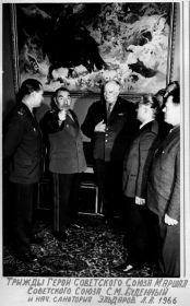 Трижды Герой Советского Союза маршал Советского Союза С. М. Буденный и нач. санатория Эльдаров Л. А. 1966 год