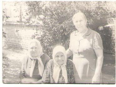 Лавриненко ( Чернышова) Гликерья Петровна стоит справа, жена Лавриненко Василия Васильевича с мамой Чернышовой (Клениной) Домной Андреевной.