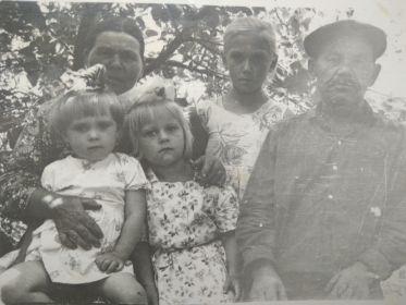 Игнахин Н.В. с женой и внучками Татьяной, Любовью и Верой