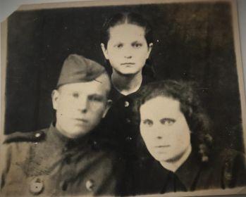 С братом Петром и сестрой Клавдией