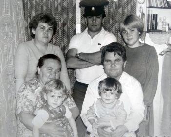 Дети Мария Никитична с дочерью Валентиной и внучкой Анной, сын Николай Никитович с дочерью Татьяной, зятем Юрием и внучкой Александрой