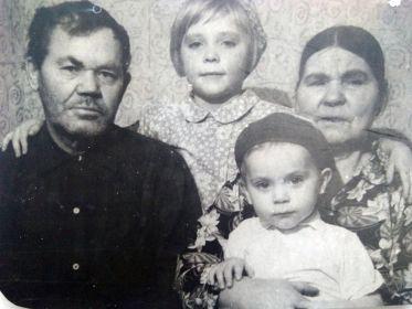 С женой Игнахиной Еленой Павловной, внучкой Завалищиной Татьяной Николаевной и внуком Игнахиным Александром Николаевичем