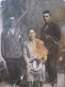 С отцом, матерью и братом