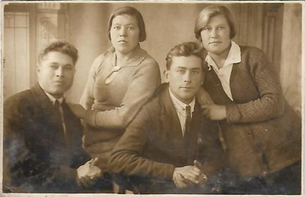 Фото семьи до войны (слева направо - прадедушка Борис Васильевич, прабабушка Татьяна Алексеевна, супруг сестры прабабушки, сестра прабабушки Евгения)