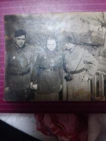 Фотография военного времени с сослуживцами