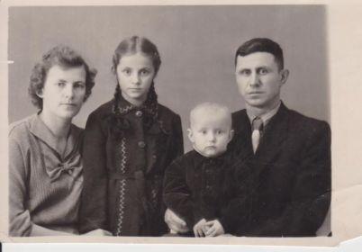 семья Макеевых Виталия и Зинаиды 01.01.1957 г. слева направо Зинаида Алексеевна, Таня, Саша, Виталий Фёдорович