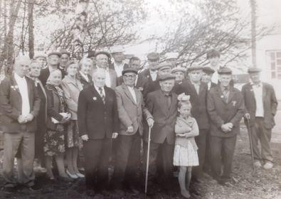 Общая фотография ветеранов в День победы (прадедушка в центре с тростью)