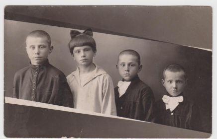 братья и сестра Макеевы. Слева направо Виталий 1916-1978 уч. ВОВ, Елена 1917-1995, Борис 1920-1944 пропал без вести в ВОВ, Александр 1923-1944 погиб в ВОВ