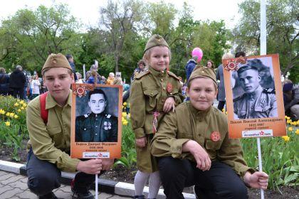Правнуки с портретами прадедов.