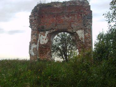 Рядом стоял храм, и от него осталась стена, в следах прилетевших снарядов