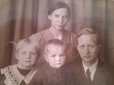 С супругой Смоленской А.И и детьми Галиной и Анатолием