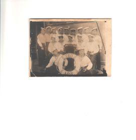 На корабле команда, дед в центре с гармошкой