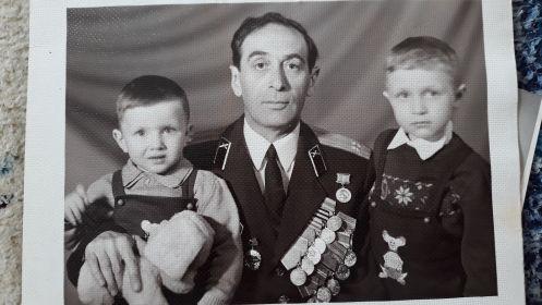 Фото с двумя внуками - Александром и Юрием
