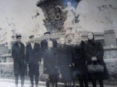На этой фотографии мой прапрадедушка с представителями сельского совета Лаптевского района, находится на фоне фонтана Дружбы народов. ( Филимонов Ефим Андрианов...