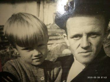 Моя мать, которая родилась 13 июля 1941 года и её отец, 1948