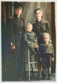 С женой и детьми: сыном Александром и дочерью Галиной