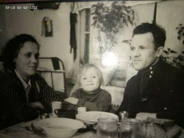 Бабушка, моя мать Светлана и её отец, мой дед. 1948г