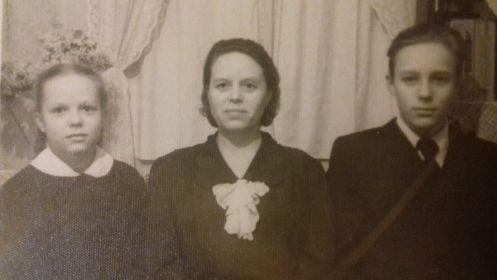 Фотография бабушки моей жены Маргариты, с бабушкой мама моей жены Елена Константиновна и её брат Леонид Константинович.