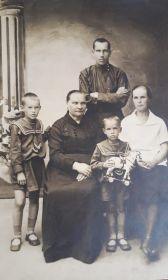 С семьей: свекровь - Серафима Васильевна (Домакова) Глыбина, жена Надежда, дети- Ольга и Владимир (с лошадкой)