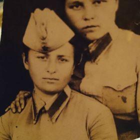 Бабуля фронтовичка,ее подруга к сожалению не знаю имени , воевала с ней получила ранение , а дальше о ней ничего не известно.