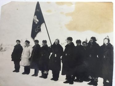 Декабрь 1941г. Бригадный комиссар Галичев А.Б. вручает Гвардейское знамя 155-му истребительному авиационному полку. С этого момента полк преобразован в 3-й гвар...