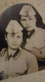 на фото его супруга Гагаринцева Нелли Константиновна, познакомились после войны, поженились