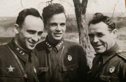С боевыми товарищами. Примерно 1943 г.