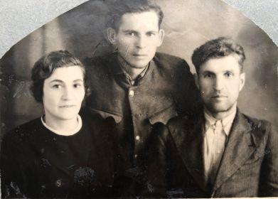 Пирогова Екатерина Гавриловна с супругом Пироговым Владимиром Антоновичем и его боевым соратником