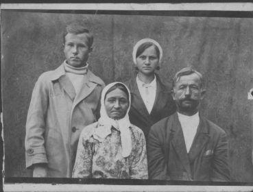 Фото с родителями и сестрой Марфой Степановной, Москва (предположительно 1936 г.)