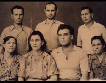 Дед с братьями-фронтовиками: Федором Дмитриевичем и Алексеем Дмитриевичем (все трое в верхнем ряду)