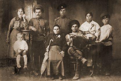 Вологжанин Иосиф (справа) со семьей. Фото 1915 года.