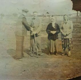 Биляловы Умяр и Зулейха с детьми Абдулхаком и Назимёй в деревне Малое Рыбушкино