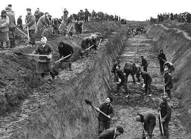 Горьковчане копают оградительные окопы вокруг города