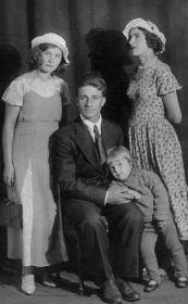 В середине фотографии мой дедушка Павел.
