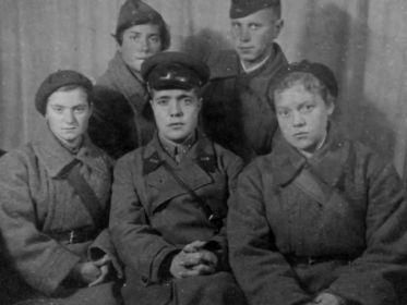 Работники комсомола ст.л-т Осмоловский (в центре), Мятлева, Иванова, Манугина Е., Заварин (Ноябрь 1942)