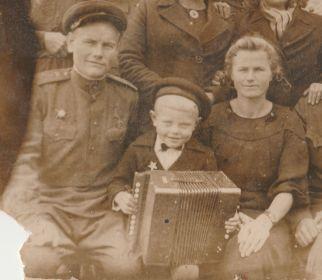 Мой дед с семьёй на побывке. Василий Кириллович Малков, жена Малкова(Артемьева) Клавдия Алексеевна и сын Геннадий.