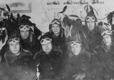 Военная фотография, Василий Голубев второй слева в нижнем ряду