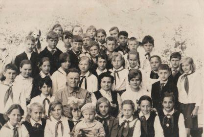 Василий Кириллович с коллегами и учениками. г. Сольцы, 1971 г.