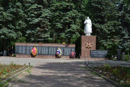 Мемориальный комплекс «Солдат» в г. Медынь Калужской области, на котором высечено имя Евгения Голубева