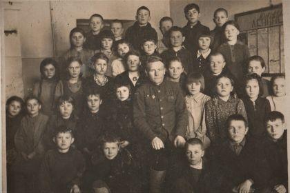 Василий Кириллович с учениками в послевоенной школе.