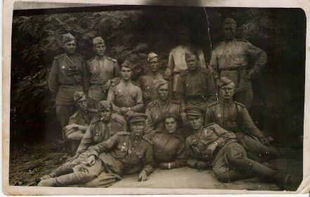С однополчанами летом 1944 г. Фёдор Кондратьевич во втором ряду слева с папиросой