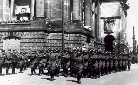 Парад 372 стрелковой дивизии в Берлине 7 сентября 1945 года.