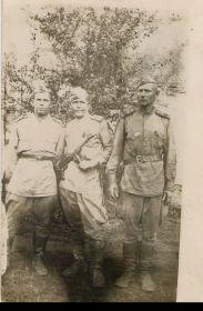 С однополчанами летом 1944 г. Фёдор Кондратьевич в центре