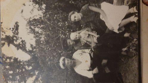 Тугушев Александр Николаевич,  послевоенное фото с детьми