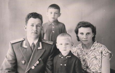С женой и сыновьями