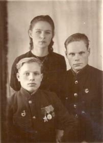 С братом Михаилом и женой Зинаидой. 31.12.1947